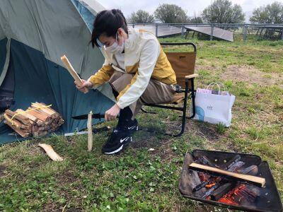 薪を割って火をおこして…